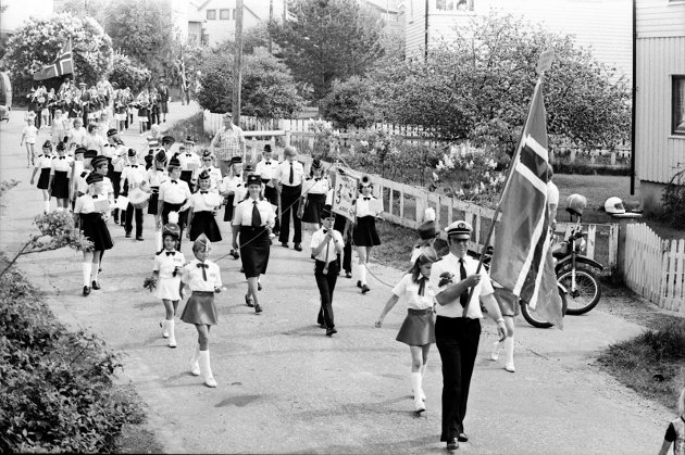 10. mai 1985  Juniorkorpset er ute og øver før 17. mai.
