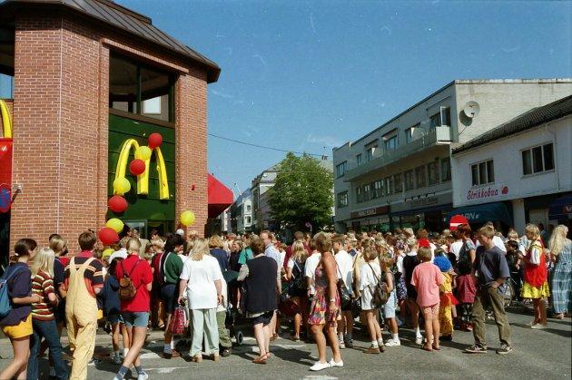 18.08.1996: Den nye Mc Donald restauranten i Torggata ble åpnet med  hornmusikk og billige hamburgere. Hundrevis var i kø for å få seg en billig hamburger