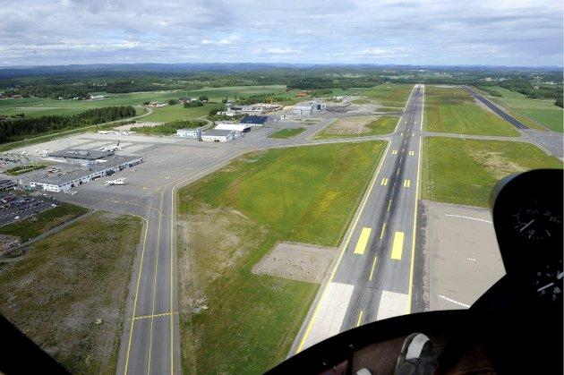Torp flyplass: MdG har rett i én ting, og det er at innenlandstrafikken har gått ned. Årsaken til dette er naturligvis nedturen i oljebransjen, skriver Anne Strømøy. Arkivfoto: Olaf Akselsen  Innflyging landingstripe, rullebane