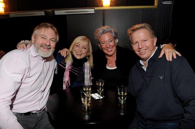 """Støttet """"My Home"""" i Verdensteateret. Fra venstre: Michael Trones, Grete Berg Stenmark, Mona Agbo Johansen og Svein Johansen storkoste seg på konsert lørdag."""