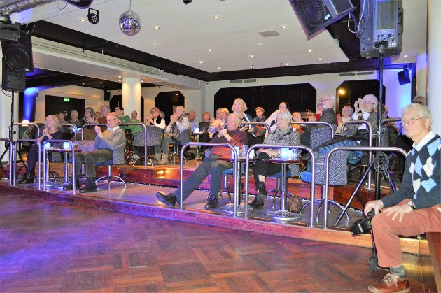PÅ JAZZKAFÉ ANNENHVER LØRDAG: Cato Arveschoug (til høyre) loser publikum gjennom jazzkaféen på Park. Nede i kjelleren på hotellet er nattklubben Tre Lykter åpen for medlemmer og folk som bare vil stikke innom.
