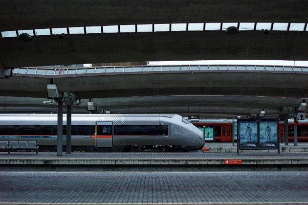 flytog oslo s kollektivtransport perrong kollektiv togstasjon oslo rød tog