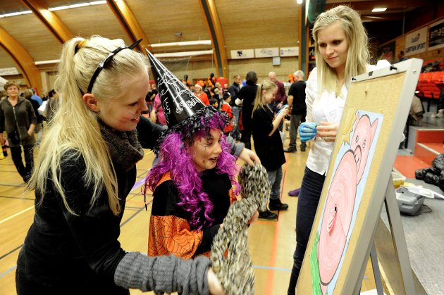 31. oktober 2011: Halen på grisen: Jenny Ofrim (katt), Camilla Burzymowska og Maria Elise Bjerke Olsen (dronning).