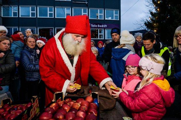 Julenissen delte ut sjokolade og epler til barna på Aagaards Plass. Her er det Ada Mathisen Misfjord og Mathilde Haug Hansen som får sine gaver.