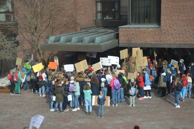 Ungdom samlet seg foran rådhuset for å protestere mot miljøpolitikken.