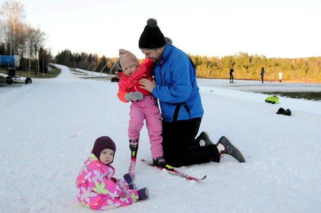 PÅ TUR: Familien Bergan prøvde seg i preparerte skiløyper på Storås skianlegg. Ole Thomas er her sammen med barna Lily Olina (1) og Iris Anneah (3).