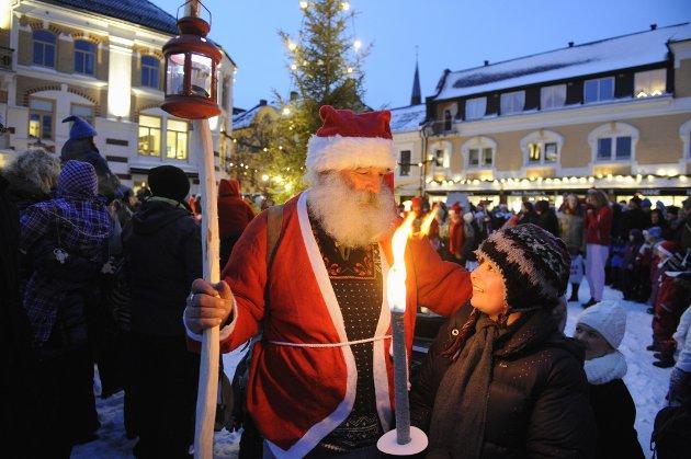 Nissefar Jens Stenklev og julegrana på Torvet.