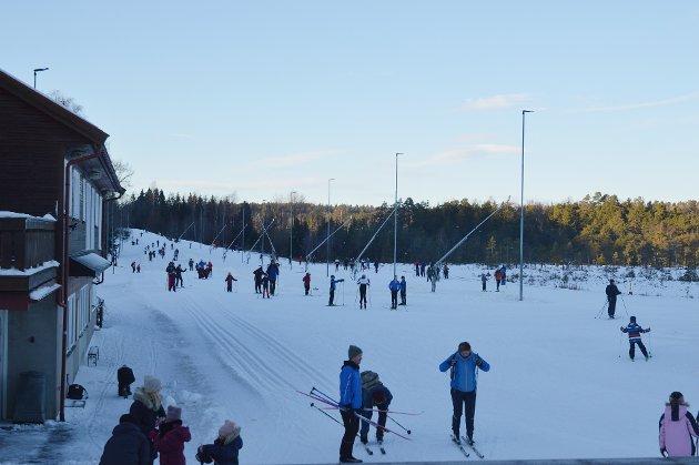 POPULÆRT: Mange hadde funnet fram skiene og tatt turen til Stokke på søndag.