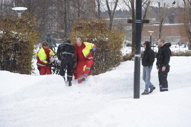 Ett av ofrene blir fraktet bort fra Badeparken etter at skuddene falt.