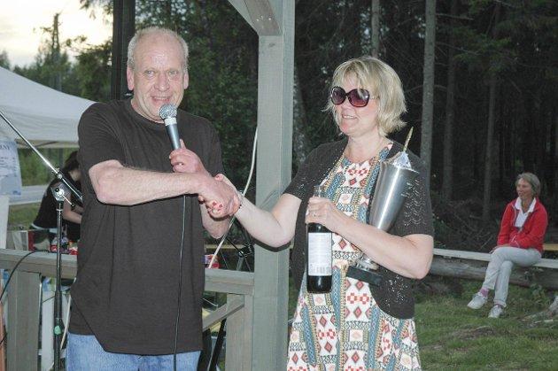 POKAL: Heidi Wik kunne motta pokal, vin, heder og ære for sin overlegne seier i stikkekasting, av zulukongen Thor Nilsen.