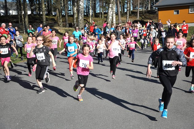 GOD ÅPNINGSFART: Mange i jenteløpet åpnet friskt. Julie Skøyen (488) nærmest. Ellers ser vi blant andre Isabel F. Lindstad (76) og Briet Føhn (114). *** Local Caption *** GOD ÅPNINGSFART: Mange i jenteløpet åpnet friskt. Julie Skøyen (488) nærmest. Ellers ser vi blant andre Isabel F. Lindstad (76) og Briet Føhn (114).
