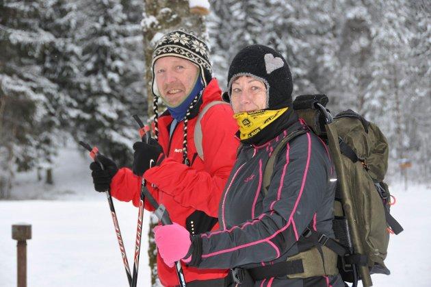 FORVENTNINGSFULLE: Jarle og Nina Cox fra Mysen gledet seg til å ta skiene fatt og gå innover i Trømborgfjella søndag formiddag. – Jeg har ikke stått på ski på 10 år, så jeg gruer meg litt, innrømmet Nina. Jarle hadde testet forholdene på lørdag.