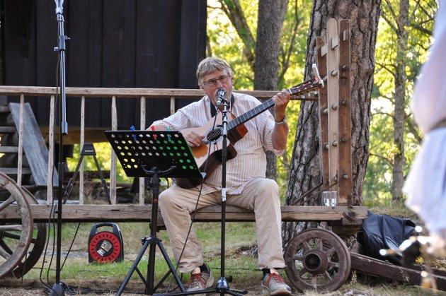 Erik Hageler spiller under Olsok-feiring på bydetunet i Trøgstad.