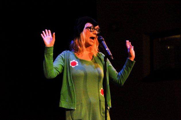 Marianne Krognæss på scenen i Askim kulturhus