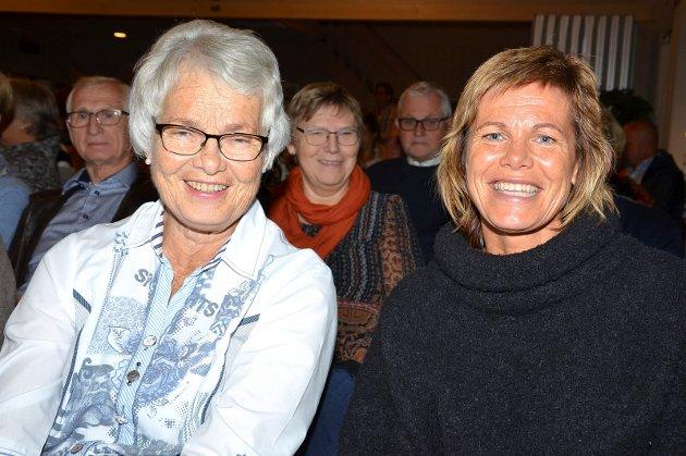 FIKK PRIS: Kari Busch Paulsrud (t.v.) fikk 40-årspris fra koret under konserten. Her med datteren Astrid Paulsrud.