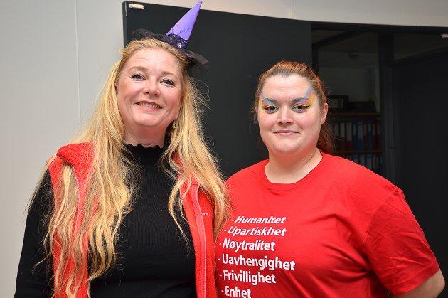 MARKERTE DAGEN: – Det er moro med et slikt arrangement, sier Gry Eide (t.v.) og Tone Lise Stokmo, som er to av lederne i Barnas Røde Kors. Begge bidro med litt Halloween-inspirerte antrekk/sminke.