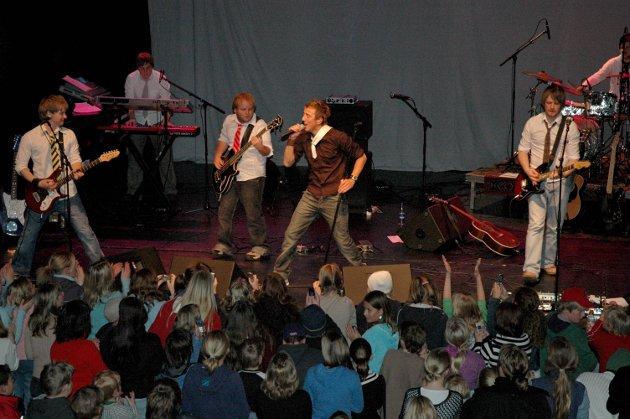 Fornøyd publikum: Da Kjartan og bandet i 2004 avsluttet med «Standing tall» hoppet publikum taktfast foran scenen og sang med på refrenget av full hals.
