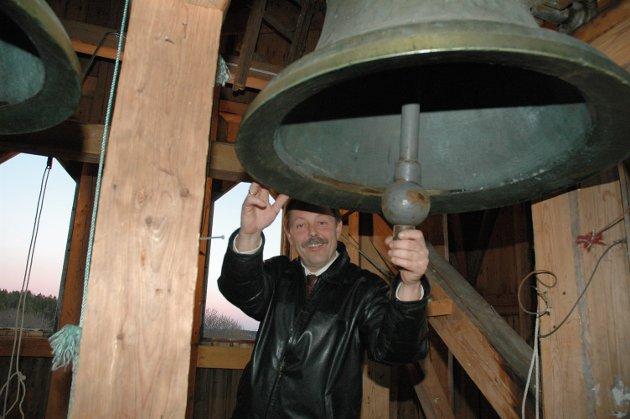 Hærland kirke julaften 2005: Kirketjener Arne Gulbrandsen ringer julen inn