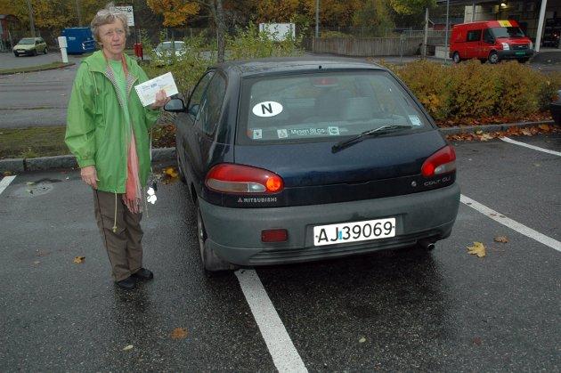 Astrid Nærland bommet i 2007 med snaue 20 centimeter på parkeringsruta. Det kostet henne 600 kroner i bot. I hånda står hun med parkeringsgebyret som p-vakta hadde plassert på bilens front-rute. – Jeg skal klage, fastslo hun.