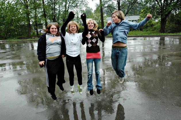 Skumparty: Det skal arrangeres skumparty i bakgården på Downstairs ungdomsklubb til fredag. Det gleder medlemmer av husstyret, Jeanette Kokvik (14) Melise Frestad (13), Lena Pedersen (13) og Ola Dyreng, (13) seg til.