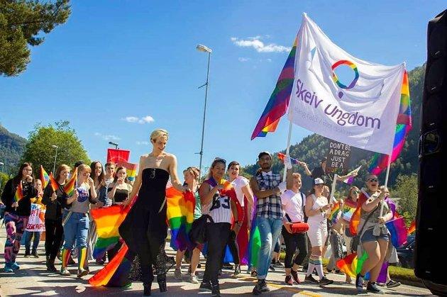 "FEIRAR I ÅR OGSÅ: Sofjo Pride med parade då det var ""lov"" å gå i tog. I år har det vore Pride i heile juni månad."