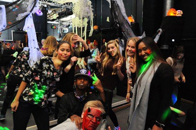 Godt og vel 50 ungdommer møtte opp da det ble arrangert Halloweenfest på Lundedalen fritidssenter på Heistad fredag kveld. Ungdommene koste seg med diskotek, airhokey, billiard og bordtennis. Halloweenfesten er noe de unge setter pris på og de var veldig klare på at de ville delta på dette til neste år også.