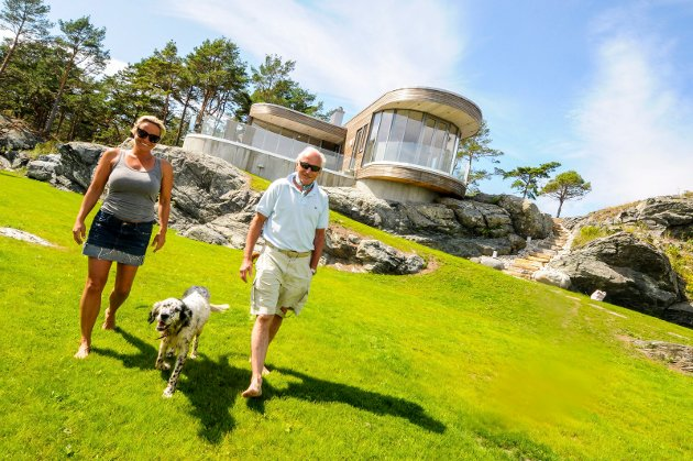 EN PERLE: Såstein er blitt en perle, takket være finansmannen Christian Ringnes. Her ferierer han i hele juli sammen med Lotte Inger og tre hunder.