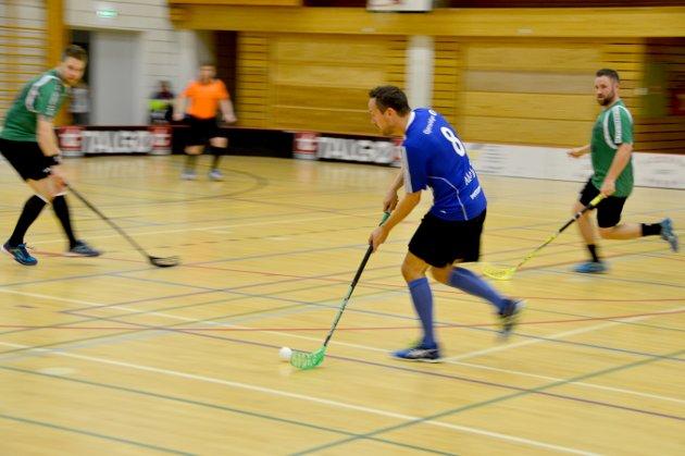 Kjetil Rønning fyrer av i kampen Surnadal-Klæbu i innebandyens 2. divisjon der Surnadal vant hele 12-1. Etter fire kamper er nykomlingen på andreplass med tre seiere og ett tap.