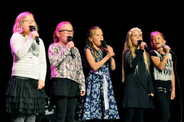 """Den friske kvintetten Lerke Hjelen Sagli, Maria Leirdal Vaag, Linnea Strupstad Bugge, Anette Johnsen Strand og Erika Gellein Torset sang """"Kaptein Sortebill"""" så det var en fryd."""