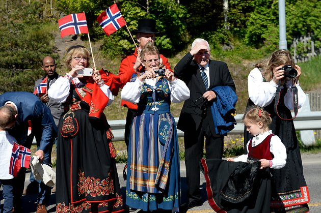 Barnetoget på Nøtterøy 17.mai 2016. publikummet langs løypa og barna som gikk i toget.