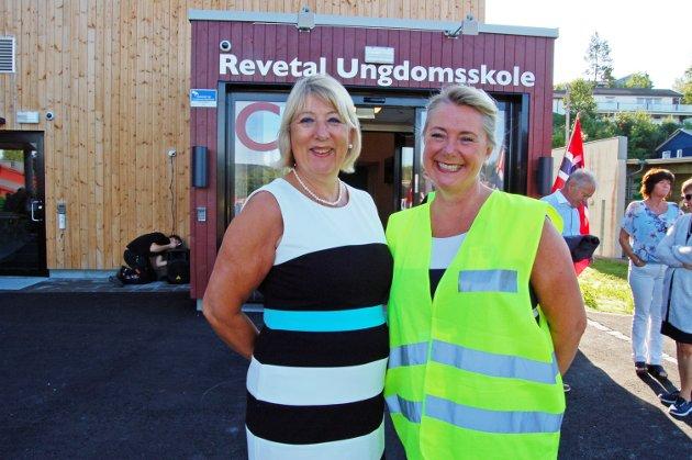 GLADE: Kommunalsjef Unni Bu og rektor ved Revetal ungdomsskole Mona Elisabeth Larsen.