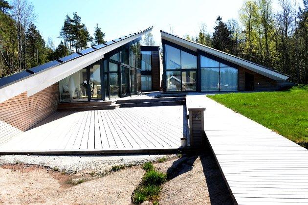 OMSTRIDT: Deler av hytta med adresse Bukkeliodden 54 ble vedtatt revet av kommunen fordi man mente det som var oppført overgikk det tillatelsen omfattet.