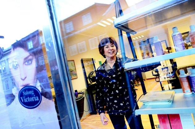 TAKKER KUNDENE: Victoria Szacinski har drevet frisørsalong i Kong Sverres gate siden 1997, men avvikler nå for å bli pensjonist.