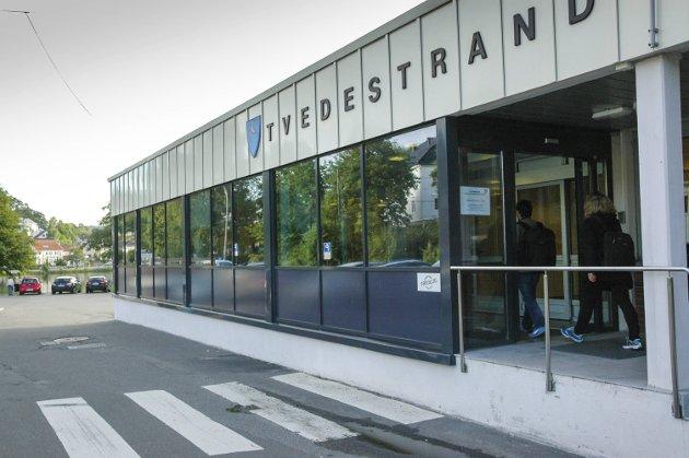 Gave: Tvedestrand Høyre gir 2.000 kr til bokprosjekt.