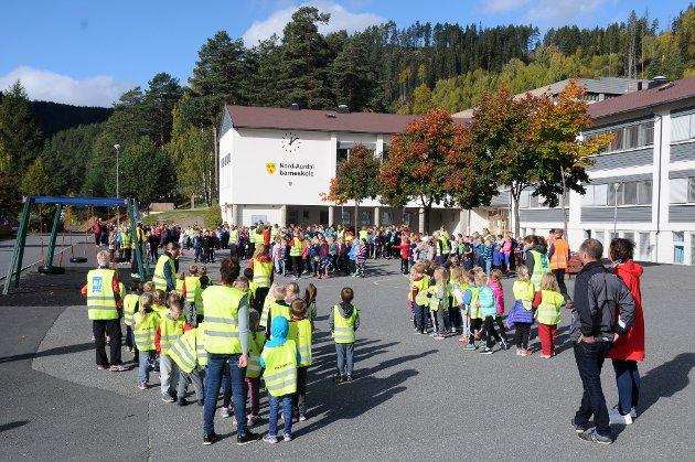 400 elever: Over 400 elever deltok i Skolejoggen etter lunsj fredag. T.h. Omar Dajani, som hadde sitt siste oppdrag som rådmann samt Oddrun Strømmen fra kommunen.