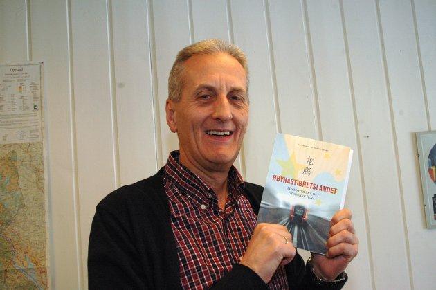 """Det er svært imponerende hva Kina får til, skiver reiseleder Morten Stensby. Her med boka han har skrevet om landet, """"Høyhastighetslandet Kina""""."""