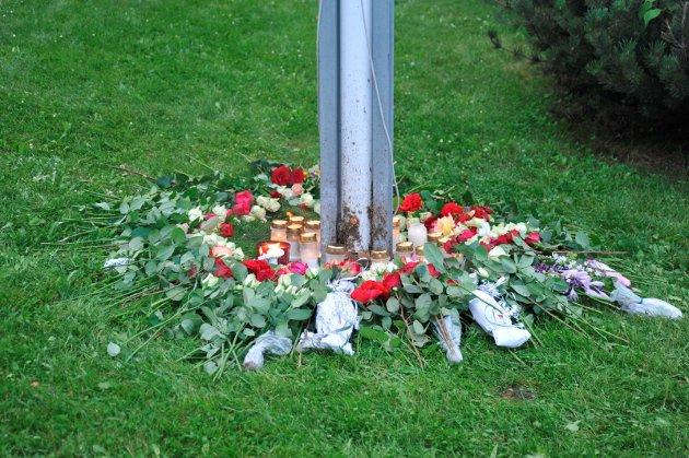 MEDFØLELSE FRA MANGE: En samling roser noen få dager etter terroren.