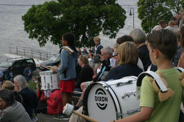 """Underåpningsnummeret """"Norsk Fjellheim"""" med slagverkslinjen ble det plassert ut trommeslagere blant publikum."""