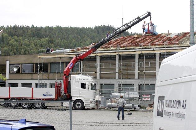 Akkurat nå investerer kommunen i bygningsmassen på Dal skole. Kostbart ventilasjonsanlegg og nytt tak.