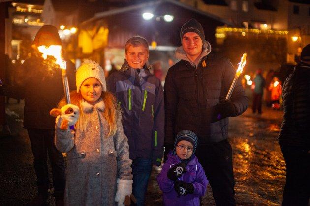 Fakkeltoget i Drøbak 2018.. Her ser vi Ida Viktoria, Aleksander Lundeby Hansen og Nikolai Lundeby Hansen og Marius Lundeby Løkke