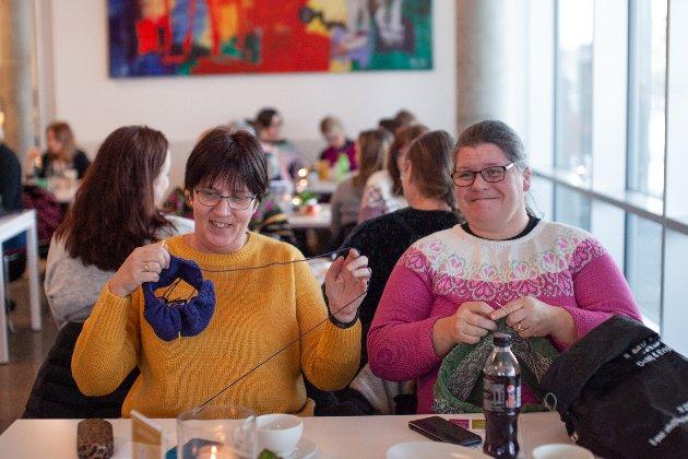 Grethe Nymoen strikker en genser til barnebarnet sitt på to år, som heter Oliver, mens Anne Alquist, lager en egenkomponert genser til sønnen sin på 25 år.