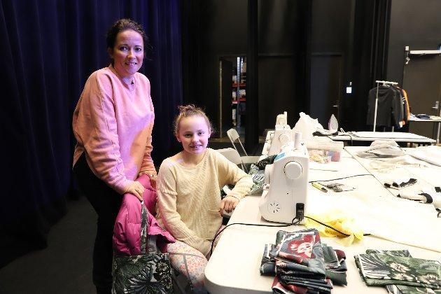 Marlene Øinæs gav kurs i å sy handlenett. Her sammen med Maya Nordby (11)