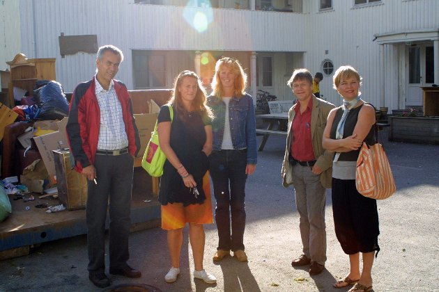 Asylmottaket stenger dørene i 2005 og venter på at kommunens Bjørn Askautrud skal hente nøkkelen. (f.v.) Håkon Fredriksen, Lise Aksjøberg, Karin Bull og Tord Lier.