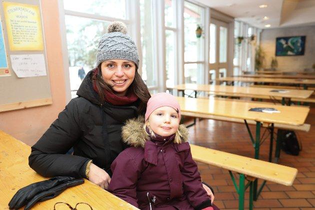 Guro Kjær Kjerschow med Ada (4,5) skulle se på kusina si.