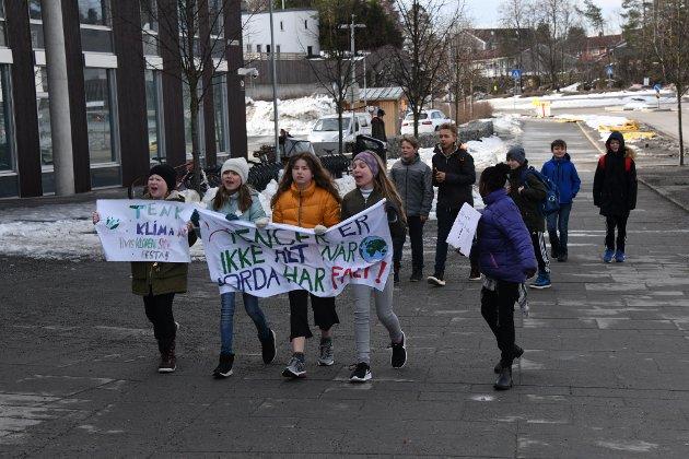 Mange elever møtte opp utenfor Tangenten i forbindelse med fredagens klimaaksjon.