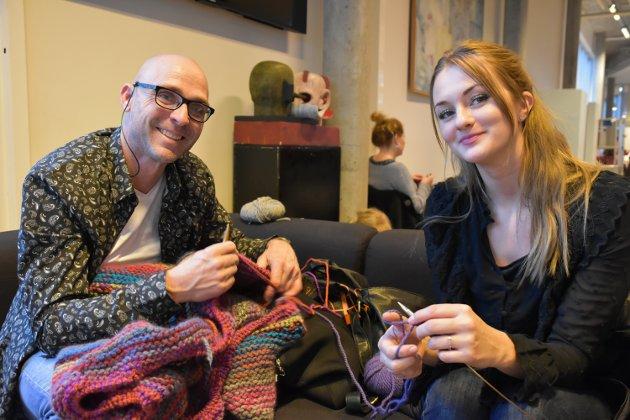Remi Tasc Moen i Maskusstrikk lærer Nora de Fion å legge opp masker.