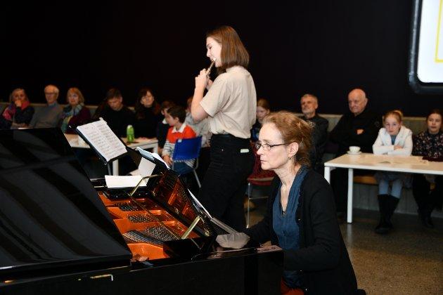 """,Mathea og Eva med """"Andante i C dur"""" av W.A. Mozart"""