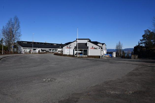Den vanligvis overfylte parkeringsplassen ved Energihuset på Bjørnemyr var tom.