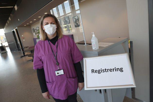 KONTROLL: Vaksineleder Christine Haugan forteller at totalt 18 personer er i virksomhet for å sørge for at det er full kontroll på massevaksineringen.