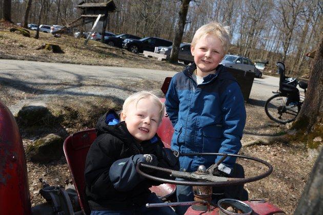 Sivert på 3 år og Johan på 7 år koser seg i varm vårsol som holder 15 garder på Follo Museum. - Vi er på besøk i Drøbak. Vi synes det er gøy med kanonene og her på Follo Museum, sier gutta.